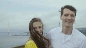 La muchacha encantadora y el muchacho feliz bailan estilo popular en un embarcadero con los barcos almacen de metraje de vídeo