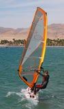 La muchacha encendido windsurf, Egipto, Dahab fotos de archivo libres de regalías