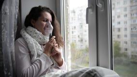 La muchacha enferma hace la inhalación con una máscara en su cara almacen de video