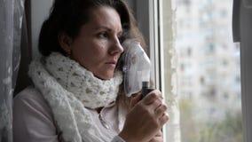 La muchacha enferma hace la inhalación con una máscara en su cara metrajes