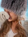 La muchacha enferma lleva una medicina caliente la gripe de la curación imagen de archivo libre de regalías