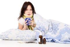 La muchacha enferma que miente en cama Foto de archivo