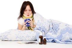 La muchacha enferma que miente en cama Foto de archivo libre de regalías