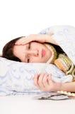 La muchacha enferma que miente en cama, pista de dolor Fotografía de archivo libre de regalías