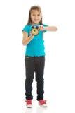 La muchacha enrolla el reloj Fotografía de archivo