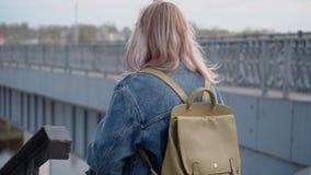 La muchacha entra abajo la transición debajo del puente Muchacha que camina en la ciudad de igualación Plan agradable La c?mara e metrajes