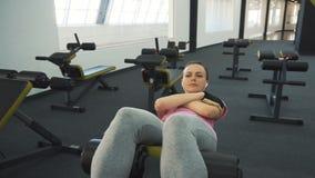 La muchacha entrena al ABS en el gimnasio almacen de video