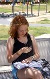 La muchacha envía SMS Fotos de archivo