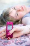 La muchacha envía sms Imagenes de archivo