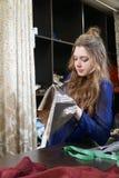 La muchacha es costurera que trabaja en un taller de costura imagen de archivo libre de regalías