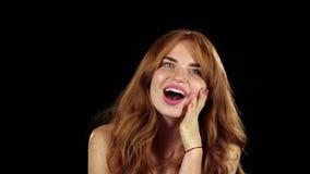 La muchacha es emocional, sorprendido por todo Fondo negro Cámara lenta metrajes
