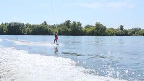 La muchacha es esquí acuático metrajes