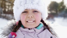 La muchacha es feliz sobre nieve que lanza para arriba Primer almacen de metraje de vídeo
