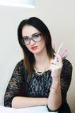 La muchacha es herramientas de un cosmetólogo Foto de archivo
