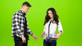 La muchacha es permanente y que espera a su individuo querido para darle un regalo Pantalla verde metrajes