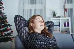 La muchacha es relajante después de que tensión ocupada de la Navidad Foto de archivo