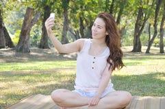 La muchacha es Selfie Fotos de archivo