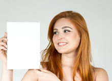 La muchacha es sonriente y de mirada de la cartelera en blanco El adolescente Imágenes de archivo libres de regalías