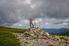 La muchacha es un turista en las montañas cárpatas ucrania fotografía de archivo