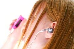 La muchacha escucha música Fotos de archivo