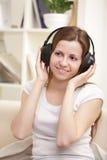 la muchacha escucha música Foto de archivo libre de regalías