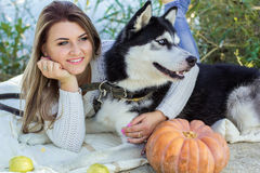 La muchacha está abrazando su perro fornido al aire libre Fotos de archivo libres de regalías