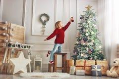 La muchacha está adornando el árbol de navidad Fotos de archivo libres de regalías