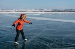 La muchacha está aprendiendo patinar Imagenes de archivo