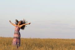 La muchacha está bailando en campo de la avena Imagenes de archivo