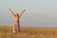 La muchacha está bailando en campo de la avena Fotos de archivo libres de regalías