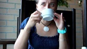 La muchacha está bebiendo té almacen de metraje de vídeo