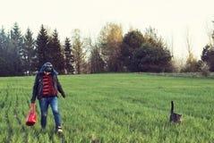 La muchacha está caminando con su gato en el campo imágenes de archivo libres de regalías