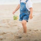 La muchacha está caminando en la playa en el mar imagenes de archivo