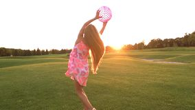 La muchacha está cogiendo una bola en prado verde almacen de video
