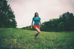 La muchacha está corriendo en terreno áspero imagen de archivo