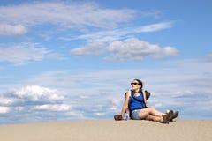 La muchacha está descansando en el desierto Imágenes de archivo libres de regalías