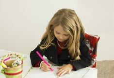 La muchacha está dibujando una letra a Papá Noel Imagenes de archivo