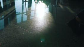 La muchacha está en el piso en el terminal almacen de metraje de vídeo
