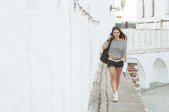 La muchacha está en el puente Foto de archivo libre de regalías