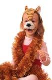 La muchacha está en la máscara del tigre. Fotografía de archivo