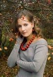 La muchacha está en un jardín del otoño Imagen de archivo libre de regalías
