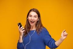 La muchacha está escuchando la música Foto de archivo libre de regalías