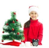 la muchacha está esperando el Año Nuevo en un backgro blanco Fotos de archivo libres de regalías
