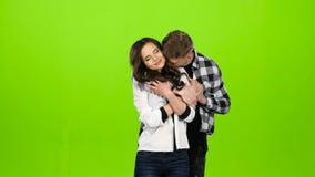 La muchacha está esperando a su individuo querido, él viene y abraza suavemente Pantalla verde almacen de metraje de vídeo
