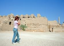 La muchacha está fotografiando el templo de Karnak Imagen de archivo libre de regalías