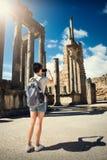 La muchacha está fotografiando las ruinas del teléfono Viaje Túnez, Dougga Imagenes de archivo