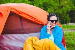 La muchacha está hablando en el teléfono imagen de archivo libre de regalías