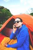 La muchacha está hablando en el teléfono fotos de archivo libres de regalías