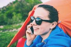 La muchacha está hablando en el teléfono fotografía de archivo libre de regalías