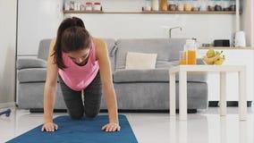 La muchacha está haciendo diligente los ejercicios para sus piernas almacen de metraje de vídeo
